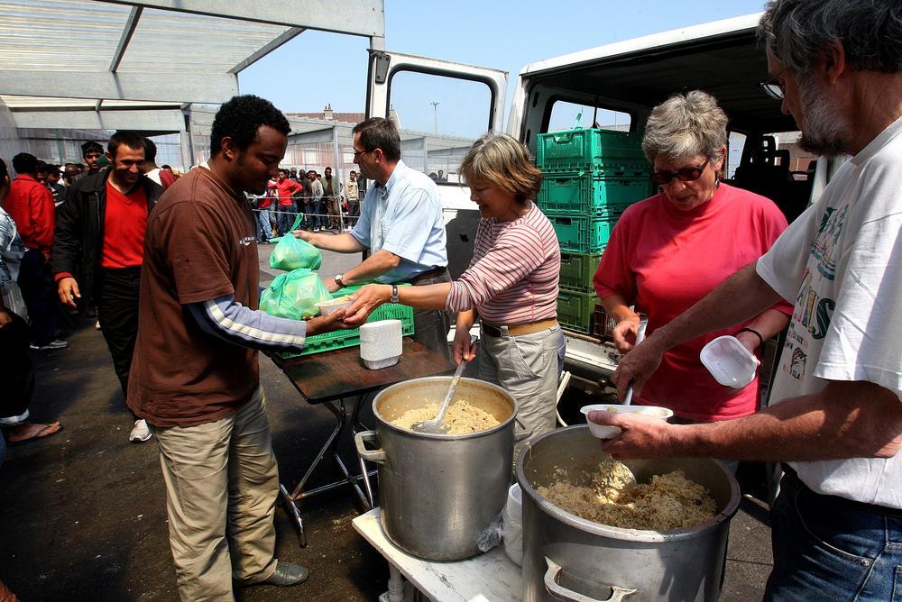 Calais: Des migrants refusent un repas offert car il n'est pas à leur goût