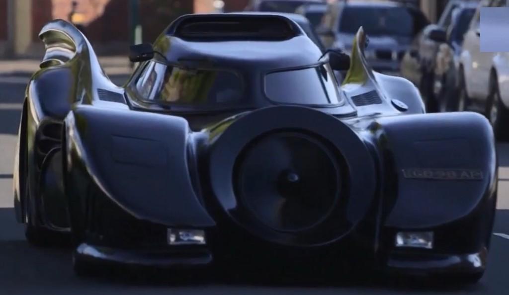 Il s'est construit une Batmobile