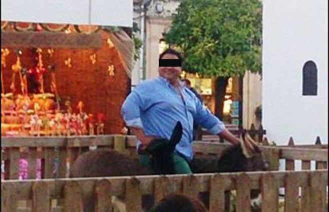 Un homme de plus de 100 kg s'assoit sur l'âne de la crèche et le tue