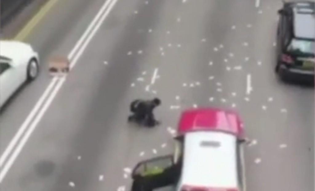 Joyeux Noël: Un camion fait tomber près de deux millions d'euros de billets dans la rue