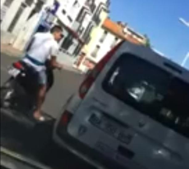 Une voiture de police, un jeune sans casque sur un scooter, ce qui va se passer est irréel