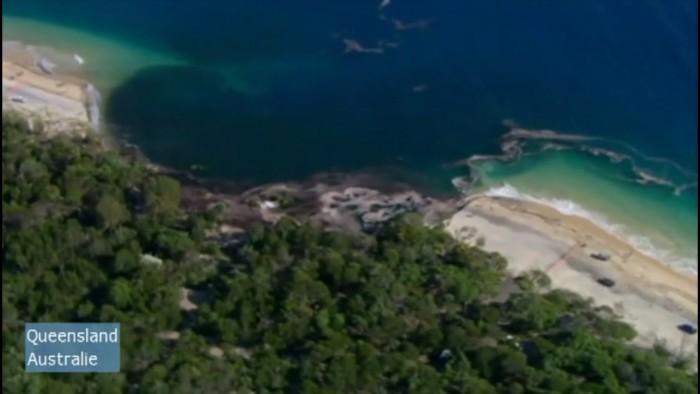 Une plage se fait engloutir dans un trou géant