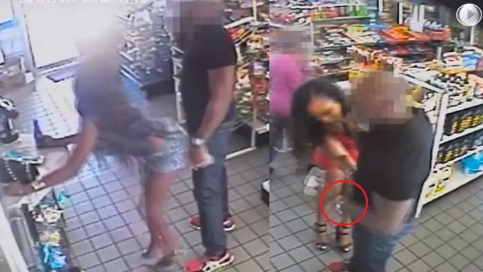 Deux femmes tripotent un homme dans un supermarché