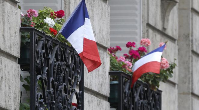 Deux retraitées forcées à retirer le drapeau français de leur balcon