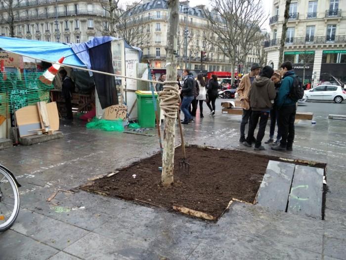Des manifestants de «Nuit Debout» cassent la dalle à 24M€ pour planter un potager