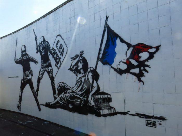 La ville de Grenoble finance une immense fresque «anti-flics»