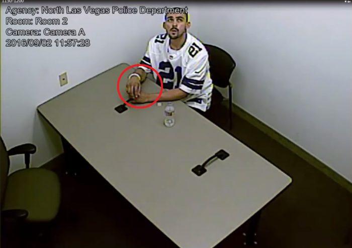 Menotté aux jambes et aux mains, il parvient à s'échapper de la salle d'interrogatoire !