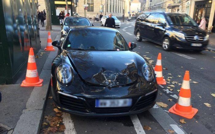 Il se gare en warnings, les démineurs font exploser sa Porsche