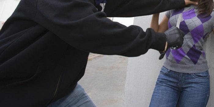 La victime se défend d'une agression au couteau et finit en garde à vue